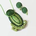 Zöld sujtás nyaklánc fülbevaló szett, Ékszer, óra, Nyaklánc, Ékszerszett, Fülbevaló, Zöld kagylóhéj kabosonból, sujtás zsinórokból, cseh és japán gyöngyökből készült medál.   A medál me..., Meska