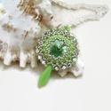 Csillogó álmok - zöld swarovski nyaklánc, Ékszer, Esküvő, Nyaklánc, Esküvői ékszer, A medál alapja egy 14 mm-es swarovski rivoli, melyet kitűnő minőségű cseh és japán gyöngyökkel ölelt..., Meska