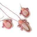 Babarózsa sujtás nyaklánc fülbevaló szett, Ékszer, Nyaklánc, Fülbevaló, Karkötő, Rózsaszín kagylóhéj gyöngyökből és akryl rózsákból készült nyaklánc és fülbevaló szett. A kagylóhéj ..., Meska