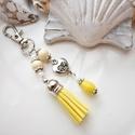 Sárga bojtos kulcstartó táskadísz , Sárga és fehér gyöngyökből, szív alakú kö...