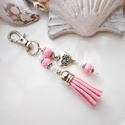 Rózsaszín bojtos kulcstartó táskadísz , Dekoráció, Mindenmás, Ballagás, Kulcstartó, Rózsaszín és fehér gyöngyökből, szív alakú köztesből és rózsaszín velúrbojtból készült kulcstartó va..., Meska
