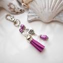 Lila bojtos kulcstartó táskadísz , Lila és fehér gyöngyökből, szív alakú közt...