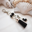 Fekete bojtos kulcstartó táskadísz , Dekoráció, Mindenmás, Ballagás, Kulcstartó, Fekete és fehér gyöngyökből, szív alakú köztesből és fekete velúrbojtból készült kulcstartó vagy tás..., Meska