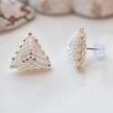"""Fehér háromszög bedugós fülbevaló acél alappal, Ékszer, Esküvő, Fülbevaló, Esküvői ékszer, A """"Hétköznapi kedvencek"""" kollekció fehér fülbevalója, melyet kiváló minőségű japán delicából fűztem...., Meska"""