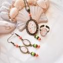 Zöld narancs üveglencsés nyaklánc fülbevaló gyűrű szett, Ékszer, Nyaklánc, Gyűrű, Fülbevaló, A medál antik bronz keretbe foglalt narancs és zöld virágok halmaza, színben hozzáillő gyöngyökkel d..., Meska