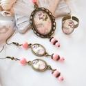 Pillangók üveglencsés nyaklánc fülbevaló gyűrű szett, Ékszer, Nyaklánc, Gyűrű, Fülbevaló, A medál antik bronz keretbe foglalt minta, autó és felette pillangók, rózsaszín gyöngyökkel díszítve..., Meska