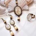 Míder vintage üveglencsés nyaklánc fülbevaló gyűrű szett, Ékszer, Nyaklánc, Gyűrű, Fülbevaló, A medál antik bronz keretbe foglalt minta, sárga gyöngyökkel díszítve. A fülbevaló és gyűrű egyszerű..., Meska