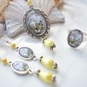 Tavaszi rét pillangókkal üveglencsés nyaklánc fülbevaló gyűrű szett, Ékszer, Nyaklánc, Gyűrű, Fülbevaló, A medál antik ezüst keretbe foglalt minta, sárga gyöngyökkel díszítve. A fülbevaló és gyűrű egyszerű..., Meska