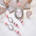 Baby pink üveglencsés nyaklánc fülbevaló gyűrű szett, A medál antik ezüst keretbe foglalt minta, rózs...