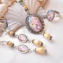 Vidám virágok üveglencsés nyaklánc fülbevaló gyűrű szett, Ékszer, Nyaklánc, Gyűrű, Fülbevaló, A medál antik ezüst keretbe foglalt minta, krém gyöngyökkel díszítve. A fülbevaló és gyűrű egyszerű ..., Meska