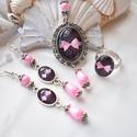 Romantikus masni üveglencsés nyaklánc fülbevaló gyűrű szett, Ékszer, Nyaklánc, Gyűrű, Fülbevaló, A medál antik ezüst keretbe foglalt minta, rózsaszín gyöngyökkel díszítve. A fülbevaló és gyűrű egys..., Meska