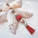 Piros fehér bojtos nyaklánc pandora gyönggyel, Ékszer, Nyaklánc, Medál, A nyakláncot különleges mintájú Pandora gyöngy, hozzáillő fűzött bogyó és velúr bojt alkotja, melyet..., Meska