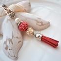 Piros színes bojtos nyaklánc pandora gyönggyel, Ékszer, Nyaklánc, Medál, A nyakláncot különleges mintájú Pandora gyöngy, hozzáillő fűzött bogyó és velúr bojt alkotja, melyet..., Meska