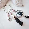 Bújós cicák bojtos üveglencsés kulcstartó táskadísz , Fekete és rózsaszín gyöngyökből, cicás mint...