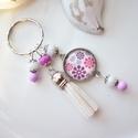 Esküvő bojtos üveglencsés kulcstartó táskadísz , Fehér és lila gyöngyökből, virágos mintával...