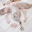 Jinjang medálos karkötő ásványokkal és üveggyöngyökkel - rózsaszín, Ékszer, Karkötő, 17 cm-es gumis karkötő rózsaszín és fehér gyöngyökkel, valamin jinjang medállal.  A karkötőhöz rózsa..., Meska