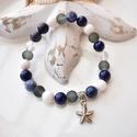 Tengeri csillag medálos karkötő ásványokkal és üveggyöngyökkel - sötétkék, Ékszer, Karkötő, 17 cm-es gumis karkötő kék és fehér gyöngyökkel, valamint tengeri csillag medállal.  A karkötőhöz sz..., Meska