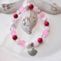 Madárka medálos karkötő ásványokkal és üveggyöngyökkel - magenta, Ékszer, Karkötő, 16 cm-es gumis karkötő magenta, rózsaszín és fehér gyöngyökkel, valamint elefánt medállal.  A karköt..., Meska