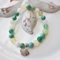 Madárka medálos karkötő ásványokkal és üveggyöngyökkel - zöld, Ékszer, Karkötő, 16 cm-es gumis karkötő zöld és fehér gyöngyökkel, valamint madárka medállal.  A karkötőhöz fehér és ..., Meska