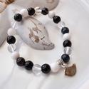 Madárka medálos karkötő ásványokkal és üveggyöngyökkel - fekete, Ékszer, Karkötő, 16 cm-es gumis karkötő fekete és fehér gyöngyökkel, valamint madárka medállal.  A karkötőhöz jade, a..., Meska