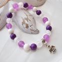 Angyal medálos karkötő ásványokkal és üveggyöngyökkel - lila, Ékszer, Karkötő, 16 cm-es gumis karkötő lila és fehér gyöngyökkel, valamint angyal medállal.  A karkötőhöz jade, foss..., Meska