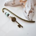 Kulcs könyvjelző kék-fehér gyöngyökkel - antik bronz, Naptár, képeslap, album, Dekoráció, Könyvjelző, Ballagás, Szépen megmunkált kulcs fityegővel/medállal díszített könyvjelző fehér és kék gyöngyökkel, bronz szí..., Meska