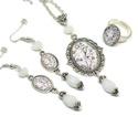 Mesevilág üveglencsés nyaklánc fülbevaló gyűrű szett, Ékszer, Nyaklánc, Gyűrű, Fülbevaló, Ékszerkészítés, Varrás, A medál antik ezüst keretbe foglalt minta, hófehér gyöngyökkel díszítve. A fülbevaló és gyűrű egysz..., Meska