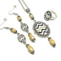 Aranyló csíkok üveglencsés nyaklánc fülbevaló gyűrű szett, Ékszer, Nyaklánc, Gyűrű, Fülbevaló, Ékszerkészítés, Varrás, A medál antik ezüst keretbe foglalt minta, beige  gyöngyökkel díszítve. A fülbevaló és gyűrű egysze..., Meska