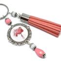 Flamingó rózsaszín bojtos üveglencsés kulcstartó táskadísz , Mindenmás, Dekoráció, Kulcstartó, Ünnepi dekoráció, Rózsaszín és fehér gyöngyökből, flamingó mintával díszített üveglencsés kabosonból és sötétrózsaszín..., Meska