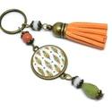 Színes tollak narancs bojtos üveglencsés kulcstartó táskadísz , Mindenmás, Dekoráció, Kulcstartó, Ünnepi dekoráció, Gyöngyfűzés, Ékszerkészítés, Zöld, narancs és fehér gyöngyökből, színes tollmintával díszített üveglencsés kabosonból és narancs..., Meska
