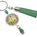 Zöld pillangó bojtos üveglencsés kulcstartó táskadísz , Mindenmás, Dekoráció, Kulcstartó, Ünnepi dekoráció, Krém és zöld gyöngyökből, pillangó mintával díszített üveglencsés kabosonból és zöld velúrbojtból ké..., Meska