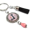 Cicacsalád bojtos üveglencsés kulcstartó táskadísz , Mindenmás, Dekoráció, Kulcstartó, Ünnepi dekoráció, Rózsaszín és fehér gyöngyökből, cicás mintával díszített üveglencsés kabosonból és fekete velúrbojtb..., Meska