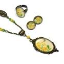 Sárga virágok vintage üveglencsés nyaklánc fülbevaló gyűrű szett, Ékszer, Nyaklánc, Fülbevaló, Gyűrű, Ékszerkészítés, Gyöngyfűzés, A szépen díszített antik bronz keretbe sárga virágos képet tettem, a minta a hozzá tartozó, állítha..., Meska
