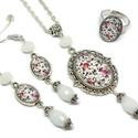 Romantikus virágok üveglencsés nyaklánc fülbevaló gyűrű szett, Ékszer, Nyaklánc, Gyűrű, Fülbevaló, A medál antik ezüst keretbe foglalt minta, fehér gyöngyökkel díszítve. A fülbevaló és gyűrű egyszerű..., Meska