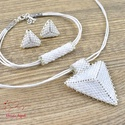 Fehér háromszög nyaklánc fülbevaló karkötő szett, Ékszer, Esküvő, Esküvői ékszer, Karkötő, Kiváló minőségű japán delicából, aprólékos munkával fűzött nyaklánc-fülbevaló szett...., Meska