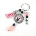 Szerelmes cicák rózsaszín bojtos üveglencsés kulcstartó táskadísz , Mindenmás, Dekoráció, Kulcstartó, Ünnepi dekoráció, Rózsaszín és fekete gyöngyökből cicás mintával díszített üveglencsés kabosonból, cicás medálból és r..., Meska