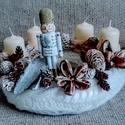 Adventi koszorú, kötött alap 25 cm, Dekoráció, Karácsonyi, adventi apróságok, Ünnepi dekoráció, Karácsonyi dekoráció, Mindenmás, Kötött alapra készítettem ezt a csodaszép adventi koszorút, melyet havas tobozokkal és termésekkel ..., Meska