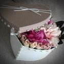Szív alakú virágdoboz, gyöngyös 20 cm, Dekoráció, Otthon, lakberendezés, Valentin napra, Dísz, Asztaldísz, Mindenmás, A szív alakú dobozt csodaszép selyem virágokkal díszítem egyedi elképzeléseim mentén!  Kb. 15 cm ma..., Meska
