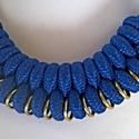 Fém karikával kombinált paracord nyaklánc, Ékszer, Kék paracord nyaklánc arany fém karikákkal. Karakteres, egyéni.  Hossza: 56 centi, Meska