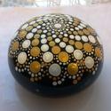 Elegáns Mandala Kő Spirális Mintával, Dekoráció, Otthon, lakberendezés, Dísz, Asztaldísz, Festett tárgyak, Kézzel, akrilfestékkel, pöttyözős technikával festett elegáns arany, fekete, fehér spirális mandala..., Meska