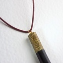 Ébengold ragyogás, Ékszer, Nyaklánc, Ékszerkészítés, Mindenmás, Fekete és aranyszín csillogó medál 50cm-es  bőrön.  A medál mérete: 48×8mm., Meska