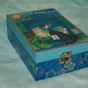 Teás doboz cicával és kék virágokkal, Otthon, lakberendezés, Tárolóeszköz, Doboz, Decoupage, transzfer és szalvétatechnika, Ez a 6 rekeszes teás doboz tömör fenyőből készült, melyet decoupage technikával díszítettem, vizes ..., Meska