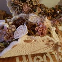 Kell egy kis romantika, Dekoráció, Otthon, lakberendezés, Dísz, Ajtódísz, kopogtató, Virágkötés, Horgolt szélű kopogtató, hozzátartozó horgolt kis virágboxszal. Különböző száraztermések, selyemvir..., Meska