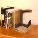 Loft stílusú könyvtámasz, Otthon, lakberendezés, Antik fával kombinált könyvtámasz cipész kaptavasból. Magasság: 22 cm Szélesség 14 cm Mély..., Meska