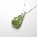 Halványzöld prehnit medál ezüstözött dróttal, Nagyon kellemes egészen halvány zöld színű pr...