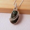 Smaragd medál ezüstözött befoglalással, Ékszer, Medál, Nyaklánc, Természetes smaragd darab ( semmi színezés) ezüstözött befoglalással. A drót felületkezelt ezüstözöt..., Meska