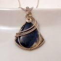 Szodalit medál ezüstözött befoglalással, Ékszer, Medál, Nyaklánc, Kék színű egyedi háromszög formájú szodalit ásványkő ezüstözött nikkelmentes dróttal befoglalva.   A..., Meska