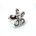 Vörösréz fehér szellőrózsa gyűrű, Ékszer, Gyűrű, Apró fehér tekla gyöngyökből és kásagyöngyökből készített virág gyűrű.  Egyedi tervezés és kivitelez..., Meska