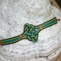 Egy csomó csomó Lythari részére, Három színű gömbölyített bőrszálból fonta...