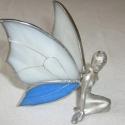 Fehér-kék szárnyú tündér, Tiffany technikával készült és ezüstözött d...